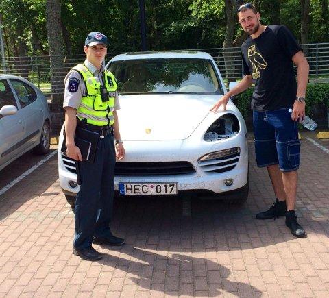 """Facebook.com nuotr./Jonas Valančiūnas įsiamžino su policijos pareigūnu šalia savo be žibintų likusio """"Porsche Cayenne"""""""