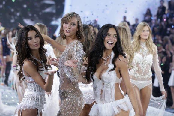 """""""Reuters""""/""""Scanpix"""" nuotr./""""Victoria's Secret"""" šou: Lily Aldridge, Karlie Kloss ir Adriana Lima"""