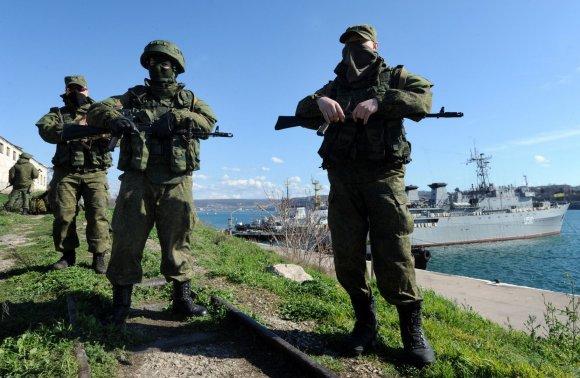 """AFP/""""Scanpix"""" nuotr./Rusijos kariai netoli Ukrainos karinio laivo """"Slavutyčius"""", Sevastopolyje."""