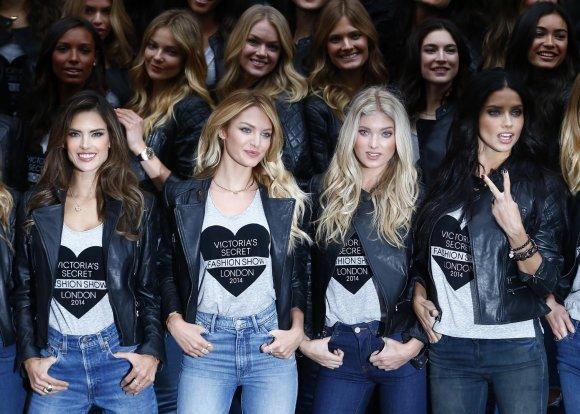 """Reuters""/""Scanpix"" nuotr./""Victoria's Secret"" modeliai Alessandra Ambrosio, Candice Swanepoel, Elsa Hosk ir Adriana Lima Londone"
