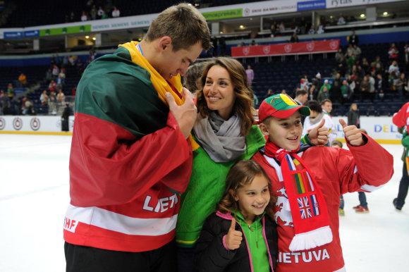 Alfredo Pliadžio nuotr./Dainius Zubrus su šeima