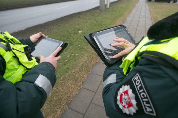 Juliaus Kalinsko / 15min nuotr./Policijos pareigūnų darba lengvina planšetiniai kompiuteriai