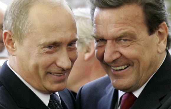 """""""Reuters""""/""""Scanpix"""" nuotr./Vladimiras Putinas ir Gerhardas Schröderis"""