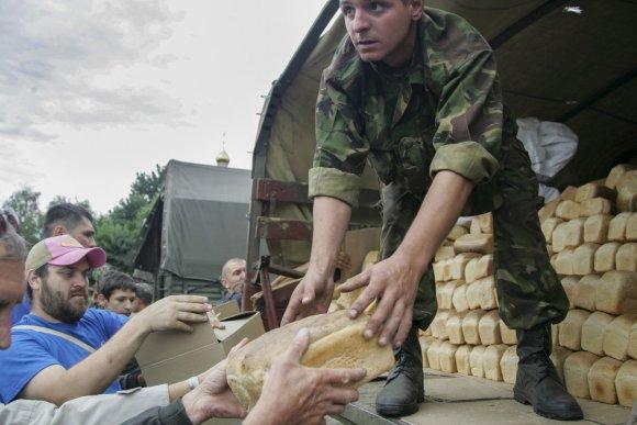 """""""Scanpix""""/""""Anadolu Ajansi"""" nuotr./Ukrainos kariai dalina maistą gyventojams Slovjanske"""