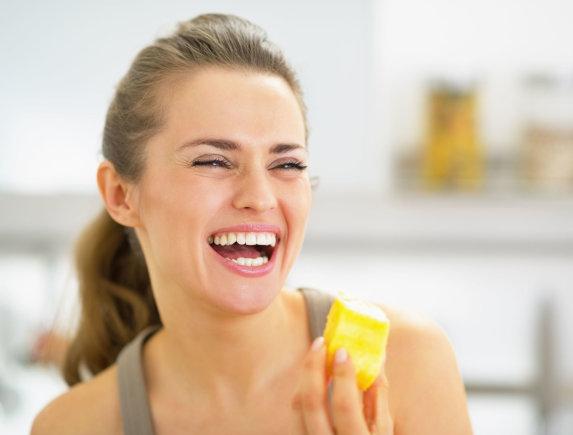 Vida Press nuotr./Moteris valgo ananasą