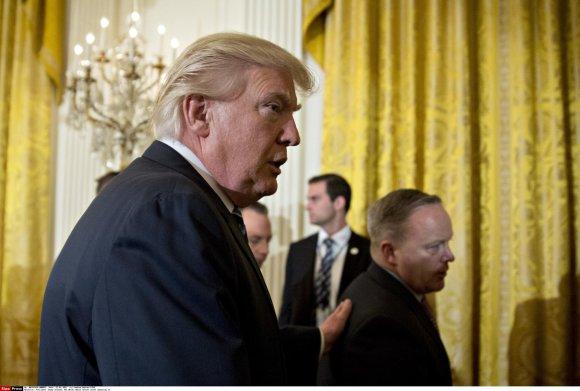 """""""Scanpix""""/""""Sipa USA"""" nuotr./Donaldas Trumpas ir Seanas Spiceris"""