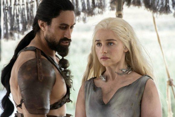 """Scanpix""/AP nuotr./Joe Naufahu ir Emilia Clarke seriale ""Sostų karai"""