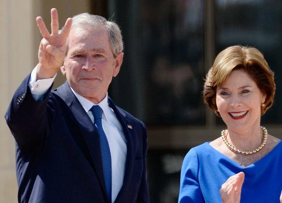 """AFP/""""Scanpix"""" nuotr./George'as W.Bushas su žmona Laura"""