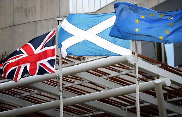 """""""Scanpix""""/""""PA Wire""""/""""Press Association Images"""" nuotr./Jungtinės Karalystės, Škotijos ir Europos Sąjungos vėliavos"""