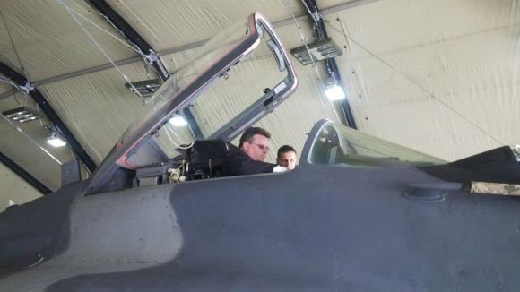 URM nuotr./Užsienio reikalų ministras Linas Linkevičius apsilankė Lietuvos kariuomenės Karinių oro pajėgų Aviacijos bazėje