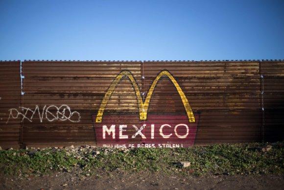 """AFP/""""Scanpix"""" nuotr./Tvora ties Meksikos ir JAV pasieniu."""