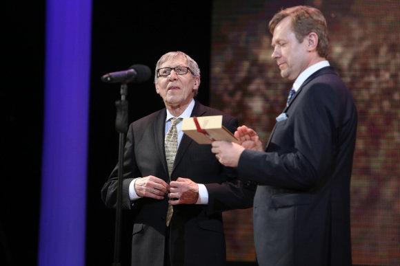 Teodoro Biliūno/15min.lt nuotr./Giedrius Kuprevičius ir Auksinį scenos kryžių jam įteikęs Kultūros ministras Šarūnas Birutis