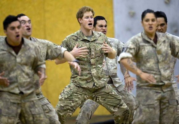 """""""Scanpix""""/AP nuotr./Princas Harry šoko tradicinį maorių šokį """"haka"""""""