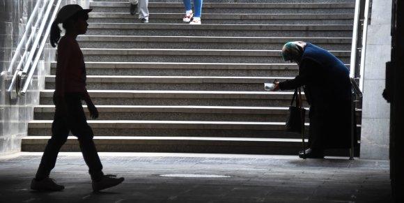 "AFP/""Scanpix"" nuotr./Išmaldos prašanti moteris Maskvoje"