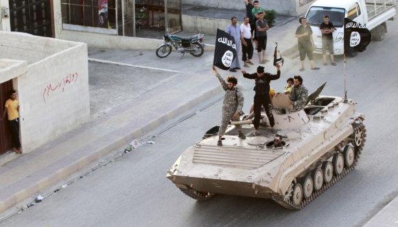 """AFP/""""Scanpix"""" nuotr./""""Islamo valstybės"""" kovotojai Rakoje"""