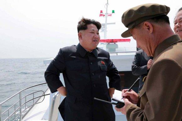"""AFP/""""Scanpix"""" nuotr./Šiaurės Korėjos lyderis Kim Jong Unas laive"""