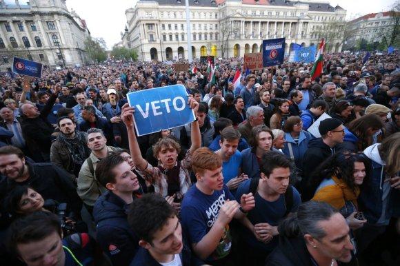 """""""Reuters""""/""""Scanpix"""" nuotr./Vengrijoje surengtas didelis protestas dėl Soroso universiteto įstatymo"""