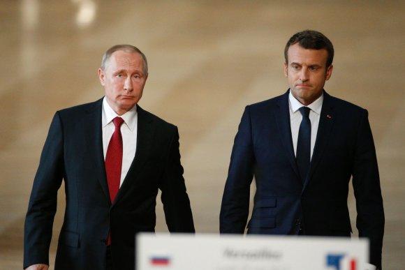 """AFP/""""Scanpix"""" nuotr./E.Macrono ir V.Putino susitikimas"""