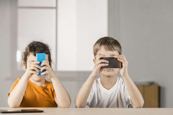 Vida Press nuotr./Vaikai su telefonais