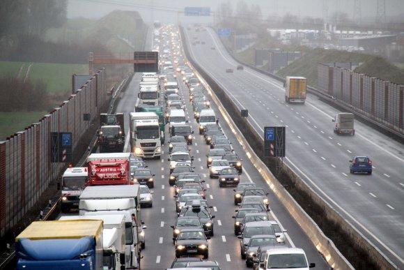 """AFP/""""Scanpix"""" nuotr./Grūstis Vokietijos greitkelyje"""