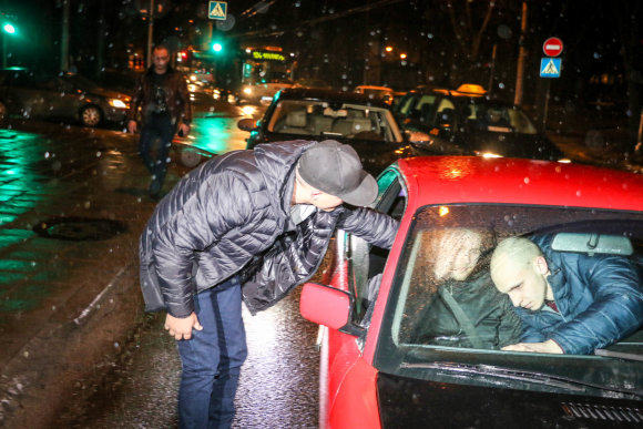 """15min/Pauliaus Ramanausko nuotr./""""Audi"""" vairuotojas atisivijo BMW norėdamas """"pasikalbėti"""" su keleiviu"""