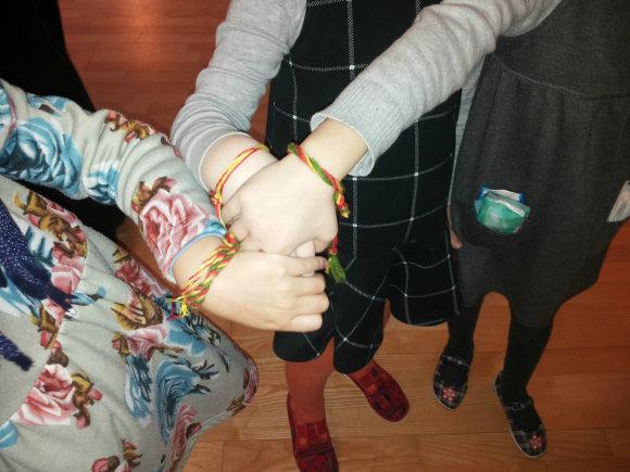 Visi kviečiami pinti trispalves apyrankes – vieną sau, o kitą – dovanų Lietuvai