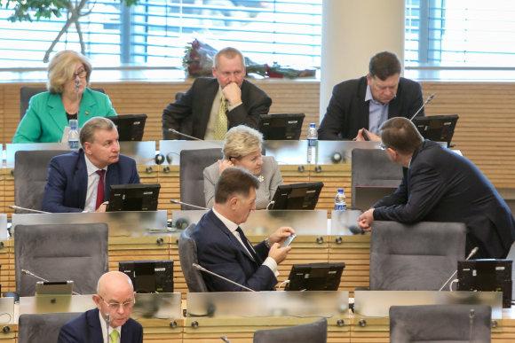 Juliaus Kalinsko / 15min nuotr./Į dvi stovyklas pasidalijusi socialdemokratų frakcija