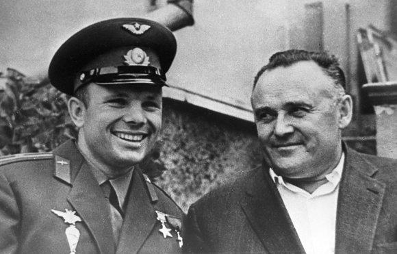 """Scanpix""/""RIA Novosti"" nuotr./Jurijus Gagarinas su akademiku Sergejumi Koroliovu"