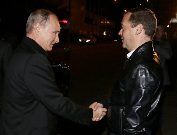 """""""Reuters""""/""""Scanpix"""" nuotr./Vladimiras Putinas sveikinasi su Dmitrijumi Medvedevu"""