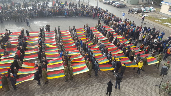 Telšių kultūros centro nuotr./Telšiuose 99-asis Lietuvos gimtadienis paminėtas 99 trispalvių iškėlimu.