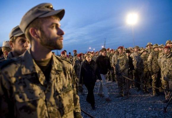 "AFP/""Scanpix"" nuotr./Angela Merkel tarp Vokietijos karių Afganistane"