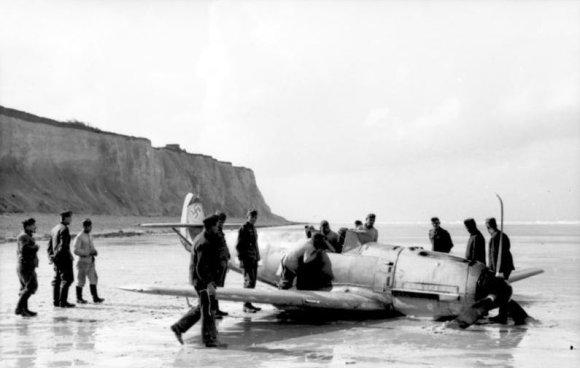 Wikipedia.org nuotr./Po mūšio virš Britanijos avariniu būdu Prancūzijos pakrantėje nusileidęs vokiečių naikintuvas Messerschmitt Bf 109