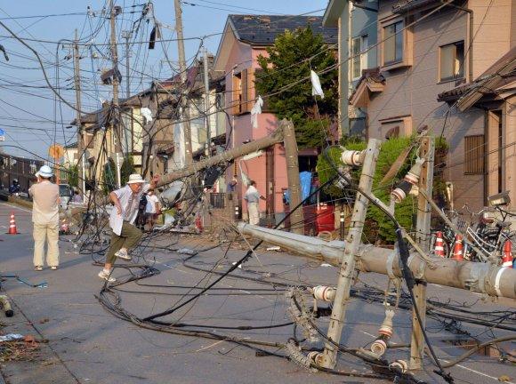 """AFP/""""Scanpix"""" nuotr./Laidų chaosas po tornado Tokijo priemiestyje"""