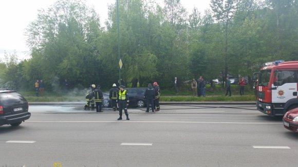 Skaitytojo Juozo Kvederio nuotr./Transporto priemonė užsiliepsnojo Vingio ir Šilutės plento sankryžoje.