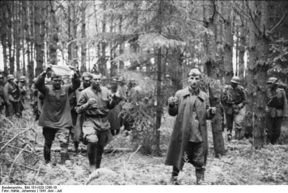 Vokietijos bundesarchyvo/Johanneso Hählės nuotr./Į nelaisvę pasiduodantys sovietų kariai. 1941 m. birželis–liepa