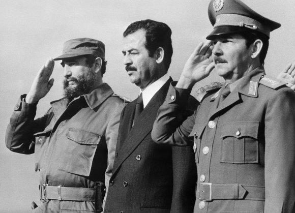 """AFP/""""Scanpix"""" nuotr./Saddamo Husseino vizitas Kuboje 1979 m. sausio 30-ąją. Kairėje – Kubos prezidentas Fidelis Castro, dešinėje – gynybos ministras generolas Raulis Castro."""