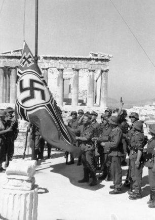 Theodoro  Scheererio/Vokietijos Bundesarchyvo/Wikimedia.org nuotr./Vokiečių kariai iškelia vėliavą Atėnuose (1941 m. gegužė)