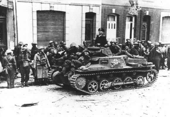 Vokietijos Bundesarchyvo/Wikimedia.org nuotr./Britų belaisviai Kalė uoste (1940 m. gegužė)