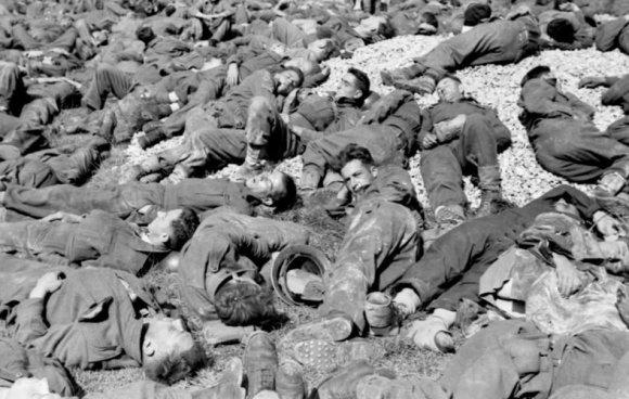 Vokietijos Bundesarchyvo/Wikimedia.org nuotr./Britai ir kanadiečiai karo belaisviai po Djepo reido (1942 m. rugpjūtis)