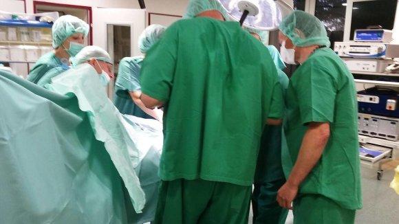 Medija Vapgv@Facebook nuotr./Veržlės pašalinimo nuo vaiko piršto operacija