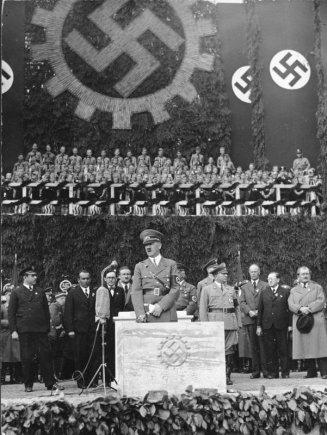 """Vokietijos Bundesarchyvo/Wikimedia.org nuotr./""""Volkswagen"""" gamyklos kertinio akmens įmūrijimo ceremonija (1938 m. gegužės 26 d.)"""