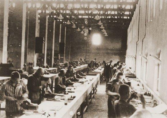 """Wikipedia.org nuotr./Kaliniai dirba """"Siemens"""" gamykloje Bobreko koncentracijos stovykloje – Aušvico filiale."""