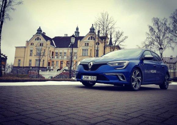 """Žilvino Pekarsko / 15min nuotr./""""Renault Megane GT"""" Šiauliuose, Ch.Frenkelio vilos kieme"""