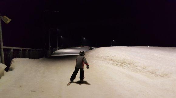 """Žilvino Pekarsko/15min.lt nuotr./Naktinis slidinėjimas Druskininkų """"Snow Arenoje"""""""