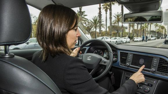 """Seat nuotr./""""Seat"""" ir """"Samsung"""" išmokė """"Leon"""" užsivesti nuo išmanaus telefono"""