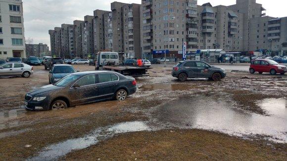 S.Jakutavičiaus nuotr./Vilniuje atsivėrė Marso kanjonai: prie Pilaitės seniūnijos purve skęsta automobiliai