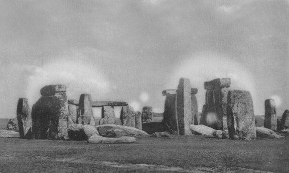 LEM nuotr./Paslaptingas Stounhendžo švytėjimas, užfiksuotas XIX a. antrosios pusės fotografijoje; matomas vaizdas labai primena etnokosmologijos muziejaus megalitų komplekso švytėjimą.