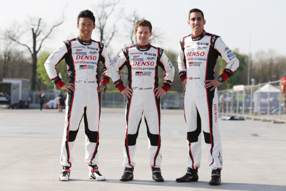 "TMG nuotr./""Toyota Gazoo Racing"" komanda Silverstouno trasoje lenktyniaus nauju hibridu (K.Nakajima, A.Davidson, S.Buemi)"