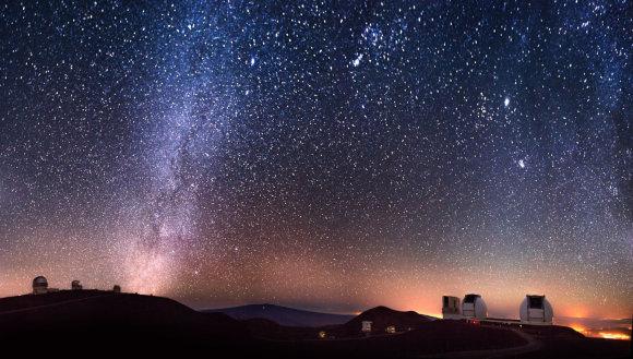 Šioje ilgos ekspozicijos nuotraukoje – žvaigždėtas dangus virš Kecko teleskopų komplekso Havajuose, kur per metus paprastai būna apie 300 giedrų naktų/ Keckobservatory.org