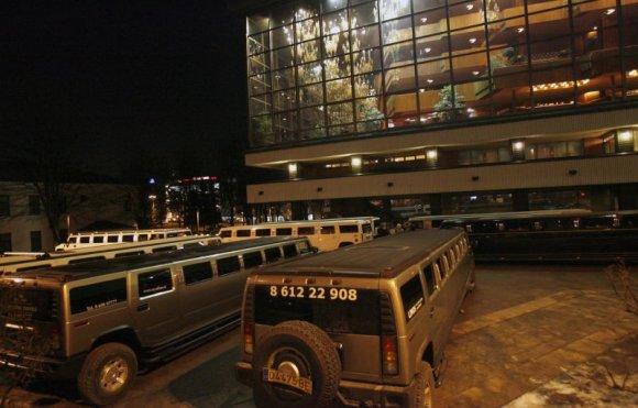 """""""Scanpix"""" nuotr./V.Romanovo puota: šiais automobiliais į Operos ir baleto teatrą buvo atvežti svečiai."""